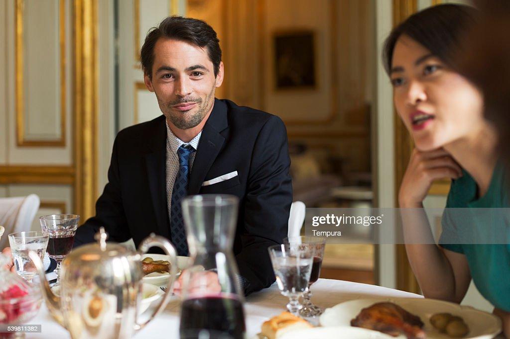 Dîner de luxe, amis manger ensemble : Photo