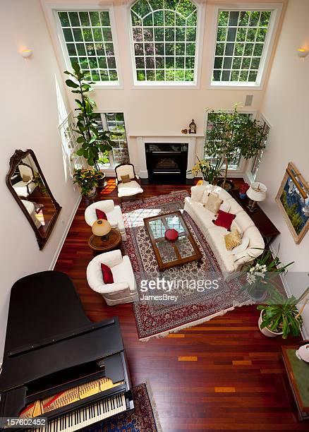 Luxuriöses großes Zimmer mit Holzboden, Blick von oben