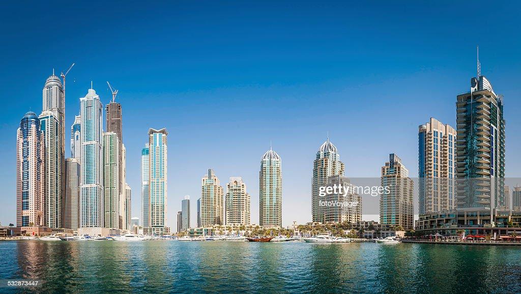 Lujo, con una torre de apartamentos en cielo azul sobre la Marina de Dubai : Foto de stock