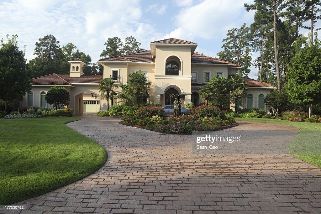 Esterno Di Una Casa : Esterno della casa di lusso foto stock thinkstock