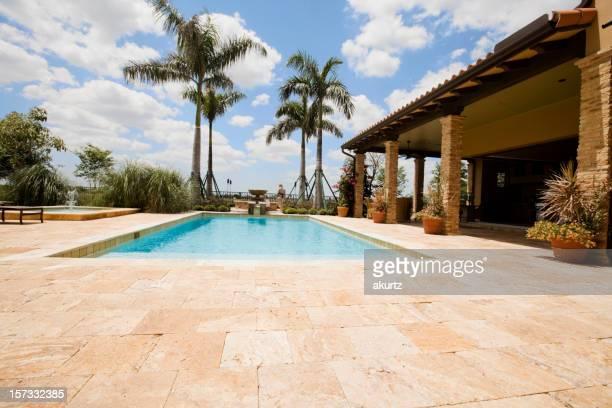 Maison de luxe avec une grande piscine