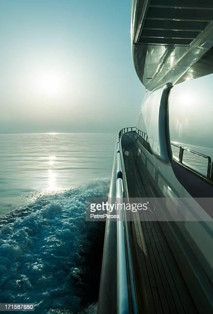 Luxus motor yacht Segeln bei Sonnenuntergang
