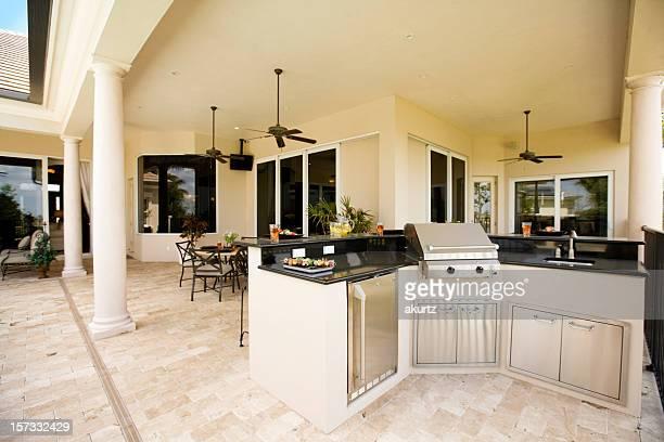 Luxueuse cuisine extérieure et patio couvert