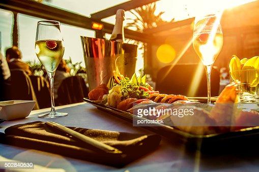 Mesa de restaurante de luxo ao pôr do sol : Foto de stock