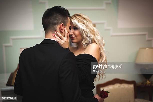 sexy couple de luxe donnent sur les autres