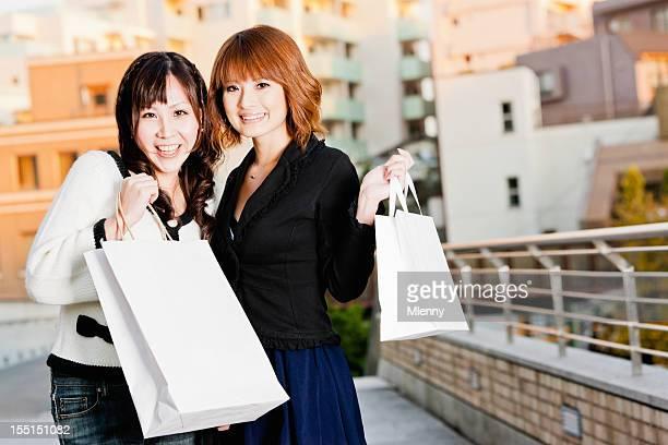 高級ショッピング若いアジアの女性、東京、日本