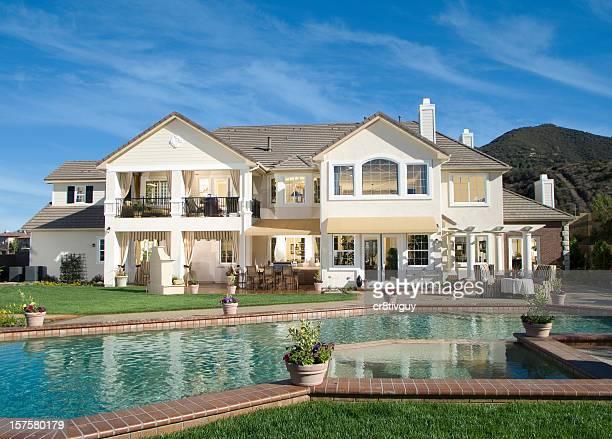 Luxuriöser Pool im Garten ganz wie zu Hause