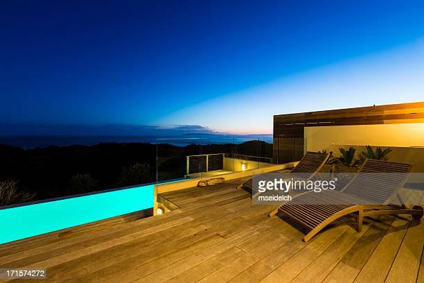 Villa de luxe sur la terrasse de la piscine au crépuscule