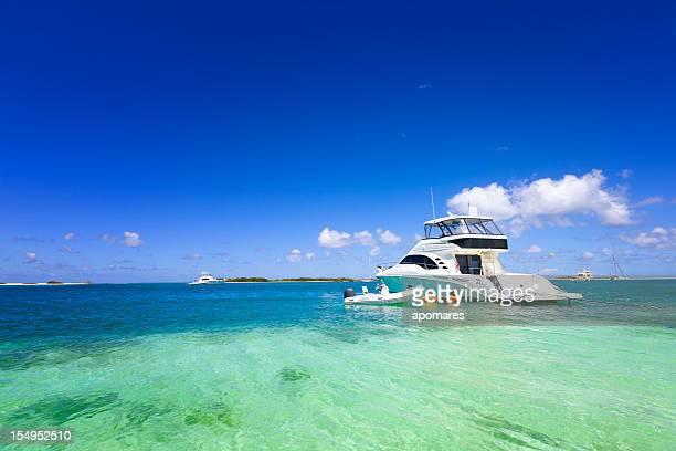 Luxury yacht vor Anker in einer tropischen Insel-Türkis Strand