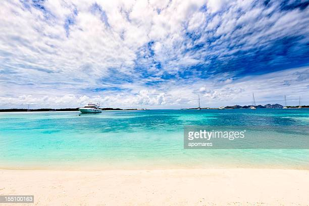 Luxury yacht vor Anker in einer tropischen Insel-Türkis Strand.