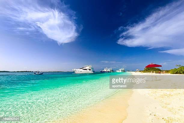 Tropischen Insel Strand mit Luxus-Yachten