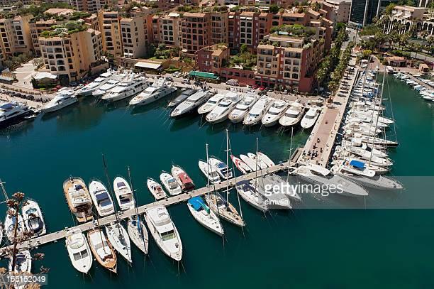 yachts de luxe et appartements dans un port de plaisance de Monaco
