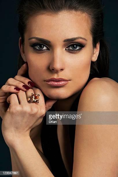 Luxe à poils foncés jeune fille dans un bijoux
