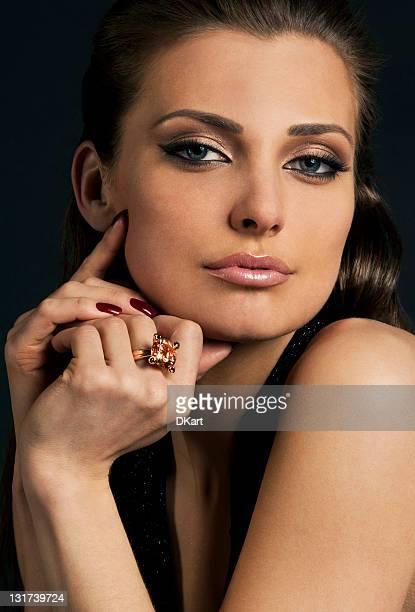 Lusso a pelo scuro giovane ragazza in esclusiva gioielleria