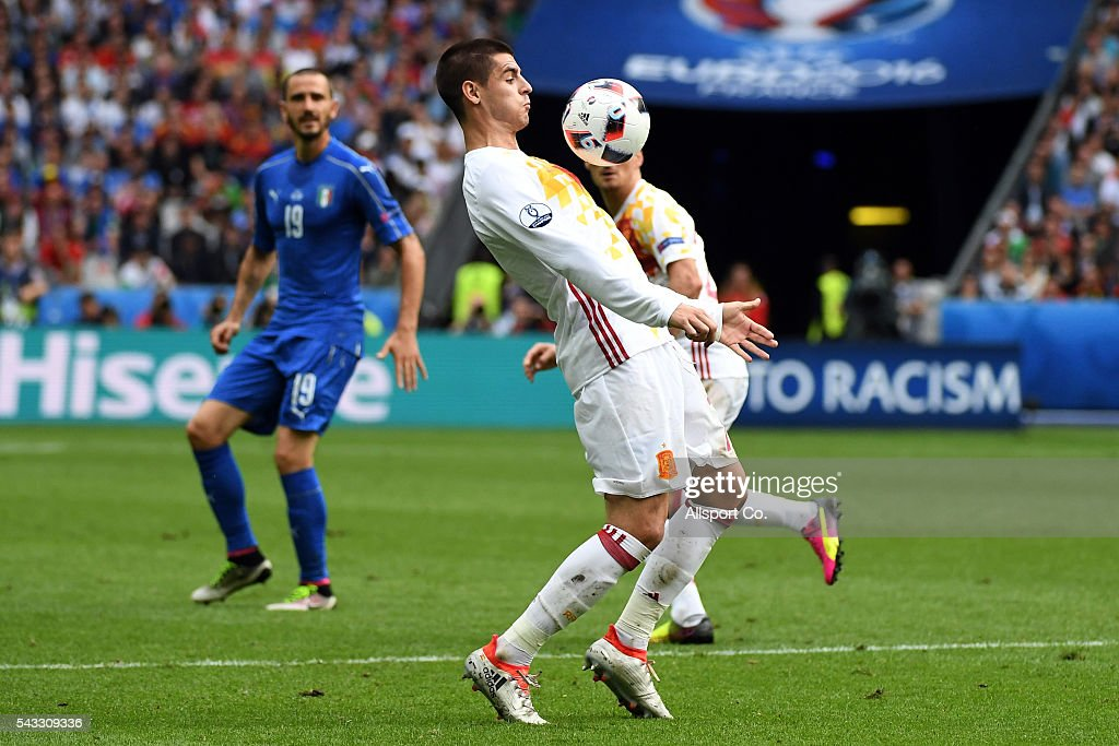 Álvaro Morata of Spain controls the ball during the UEFA EURO 2016 round of 16 match between Italy and Spain at Stade de France on June 27, 2016 in Paris, France.