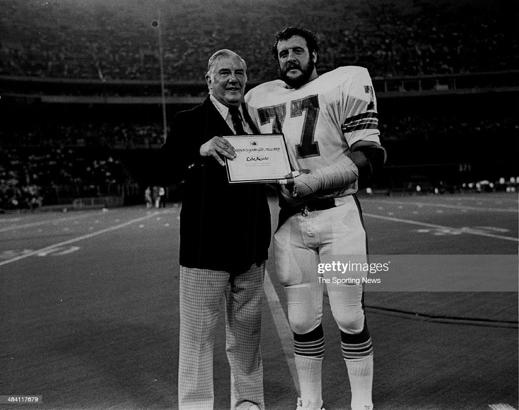 <a gi-track='captionPersonalityLinkClicked' href=/galleries/search?phrase=Lyle+Alzado&family=editorial&specificpeople=544733 ng-click='$event.stopPropagation()'>Lyle Alzado</a> of the Los Angeles Raiders gets an award circa 1980s.