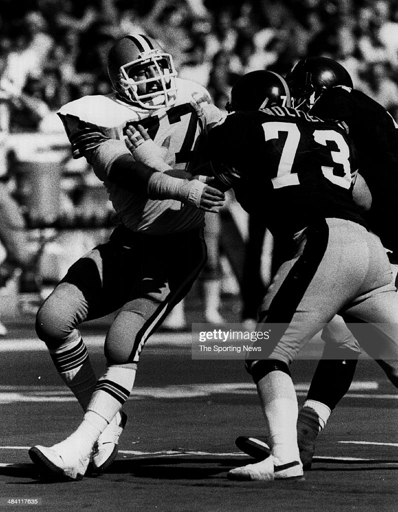 <a gi-track='captionPersonalityLinkClicked' href=/galleries/search?phrase=Lyle+Alzado&family=editorial&specificpeople=544733 ng-click='$event.stopPropagation()'>Lyle Alzado</a> of the Los Angeles Raiders is blocked circa 1980s.