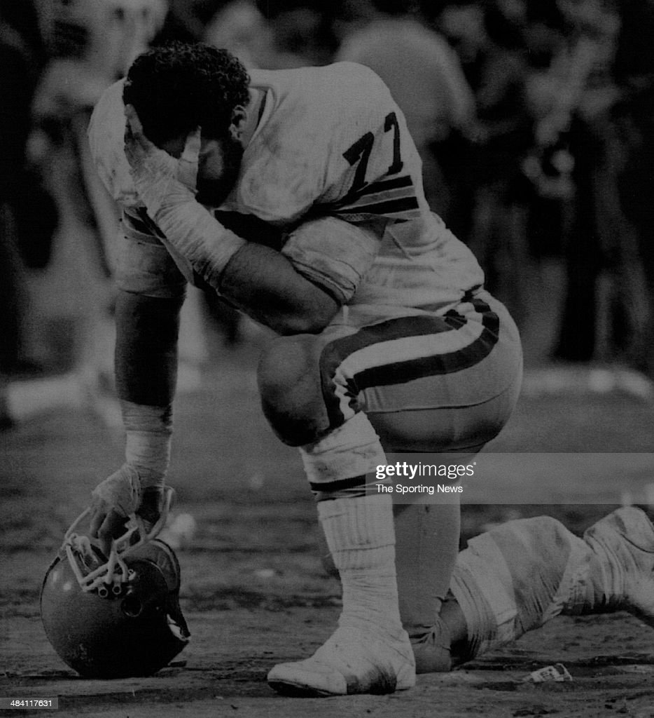 <a gi-track='captionPersonalityLinkClicked' href=/galleries/search?phrase=Lyle+Alzado&family=editorial&specificpeople=544733 ng-click='$event.stopPropagation()'>Lyle Alzado</a> of the Los Angeles Raiders kneels down circa 1980s.