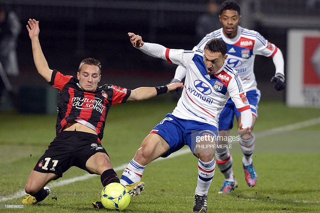 Lyon's Belgian midfielder Steed Malbranque (C) vies for the ball with Nice's French forward Eric Bautheac during the French L1 football match Lyon vs Nice on December 22 , 2012, at the Gerland stadium in Lyon. AFP PHOTO / PHILIPPE MERLE