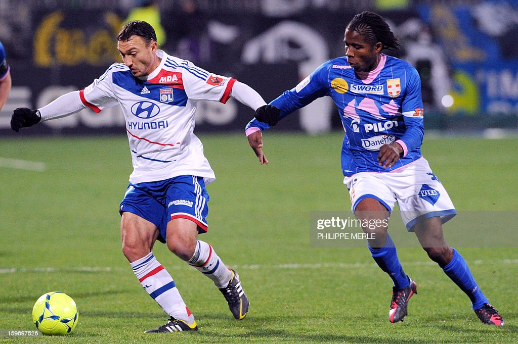 Lyon's Belgian midfielder Steed Malbranque (L) vies with Evian's Ivorian midfielder Eric Tie Bi during the French L1 football match Lyon (OL) vs Evian (ETG FC) on January 18, 2013 at the Gerland stadium in Lyon. AFP PHOTO / PHILIPPE MERLE