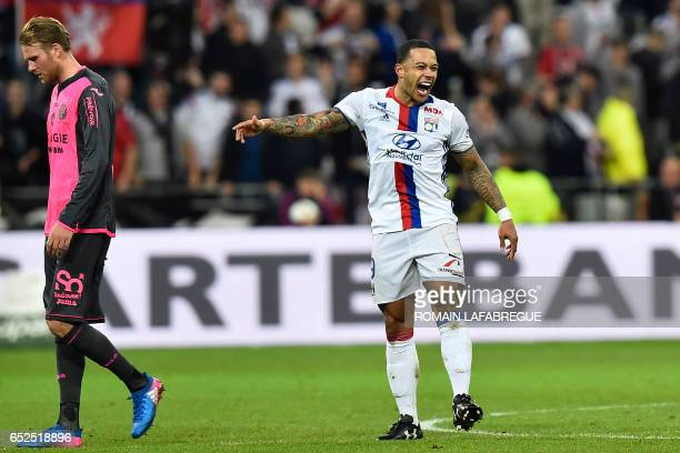 TOPSHOT Lyon's Dutch forward Memphis Depay celebrates after scoring a goal as Toulouse's Swedish midfielder Ola Toivonen looks on during the French...
