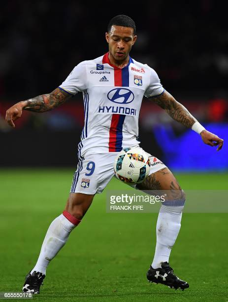 Lyon's Dutch forward Memphis Depay controls the ball during the French L1 football match between Paris SaintGermain and Olympique Lyonnais at the...
