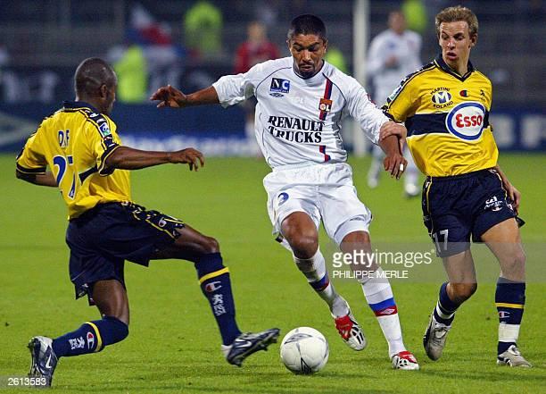 Lyon's forward Brazilian Elber Giovane De Souza vies with Sochaux's Senegalese defender Omar Daf and idfielder Benoit Pedretti during their French L1...