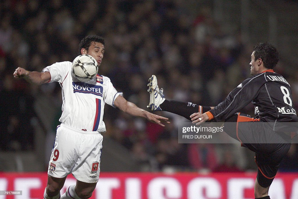 Lyon's forward Frederico Chaves Guedes (L) vies with Lorient's French defender Alain Cantareil (R) during their French L1 football match, 23 January 2008 at the Gerland stadium in Lyon.