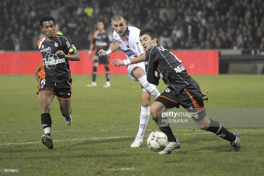 Lyon's forward Karim Benzema (C) vies with Lorient's French defender Alain Cantareil (R) and Lorient's French midfielder Fabrice Abriel (L) during their French L1 football match, 23 january 2008 at the Gerland stadium in Lyon.