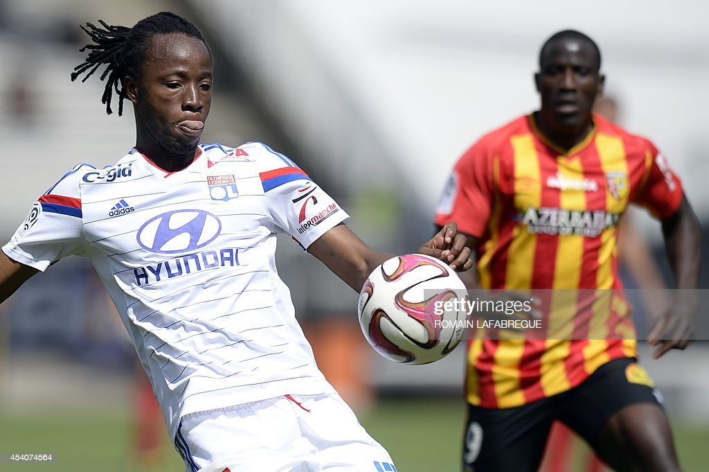 Lyon's French defender Bakary Kone (L) controls the ball in front of Lens' French forward Adamo Coulibaly (R) during the French L1 football match between Lyon (OL) and Lens (RCL) at the Gerland stadium in Lyon, central-eastern France, on August 24, 2014. AFP PHOTO / ROMAIN LAFABREGUE