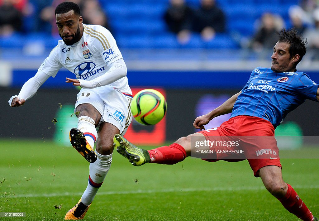 Lyon's French forward Alexandre Lacazette (L) kicks the ball next to Caens French midfielder Nicolas Seube (R) during the French L1 football match between Olympique Lyonnais (OL) and Stade Malherbe Caen (SMC) at the Parc de l'Olympique Lyonnais in Decines-Charpieu, central eastern France, on February 14, 2016. / AFP / ROMAIN LAFABREGUE