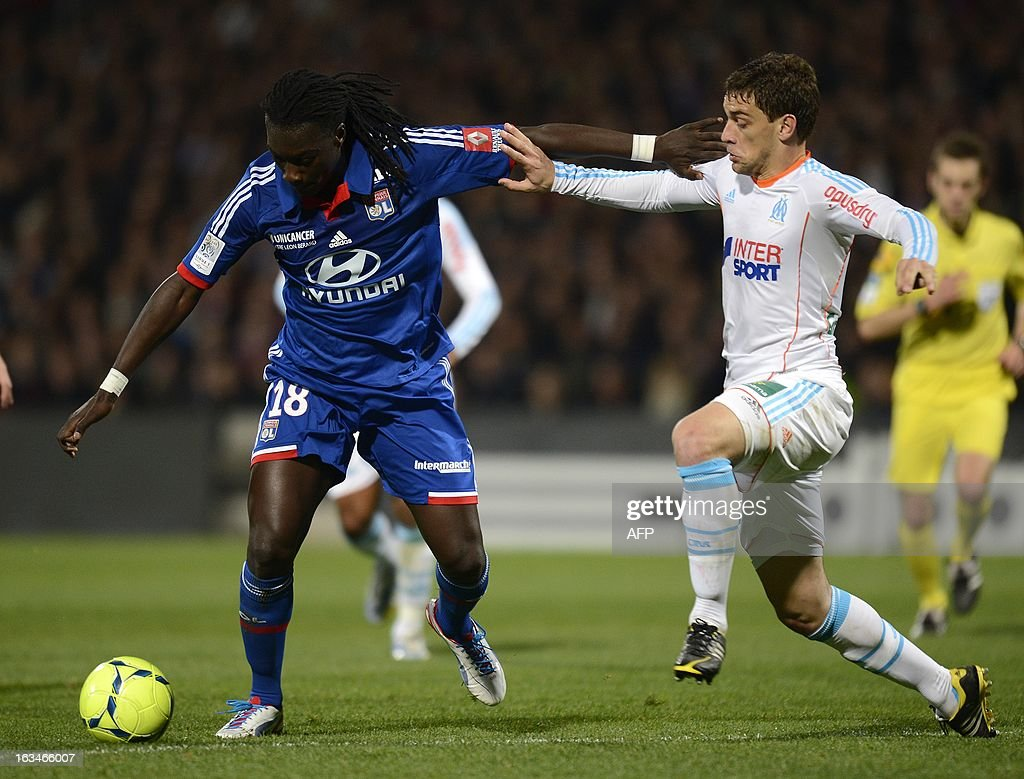 Lyon's French forward Bafetimbi Gomis (L) vies for the ball with Marseille's French defender Jeremy Morel during the French L1 football match Olympique Lyonnais (OL) vs Olympique de Marseille (om) on March 10, 2013 at the Gerland stadium in Lyon, southeasthern France. AFP PHOTO / PHILIPPE DESMAZES