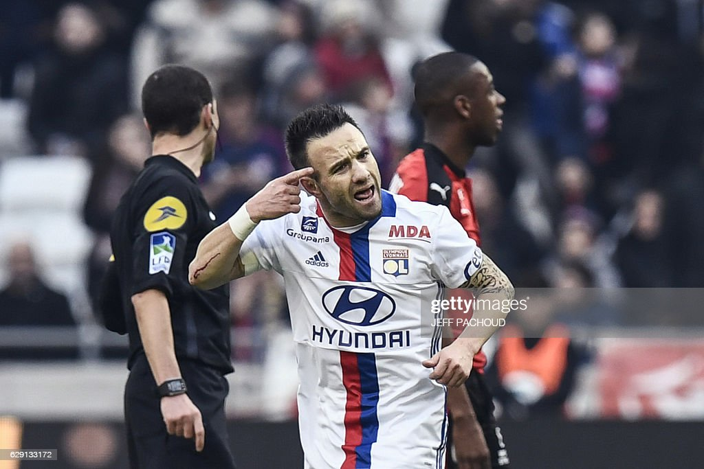 Lyon's French forward Mathieu Valbuena (C) celebrates after scoring a goal during the French L1 football match Olympique Lyonnais (OL) vs Rennes (Stade Rennais) on December 11, 2016, at the Parc Olympique Lyonnais stadium in Decines-Charpieu, central-eastern France. / AFP / JEFF