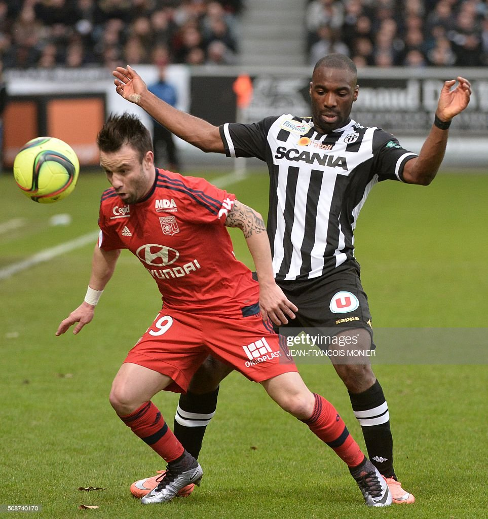 Lyon's French forward Mathieu Valbuena (L) vies for the ball with Angers' French forward Gilles Sunu during the French L1 football match between Angers (SCO) and Lyon (OL) at Jean Bouin Stadium in Angers, northwestern France, on February 6, 2016. AFP PHOTO / JEAN-FRANCOIS MONIER / AFP / JEAN-FRANCOIS MONIER