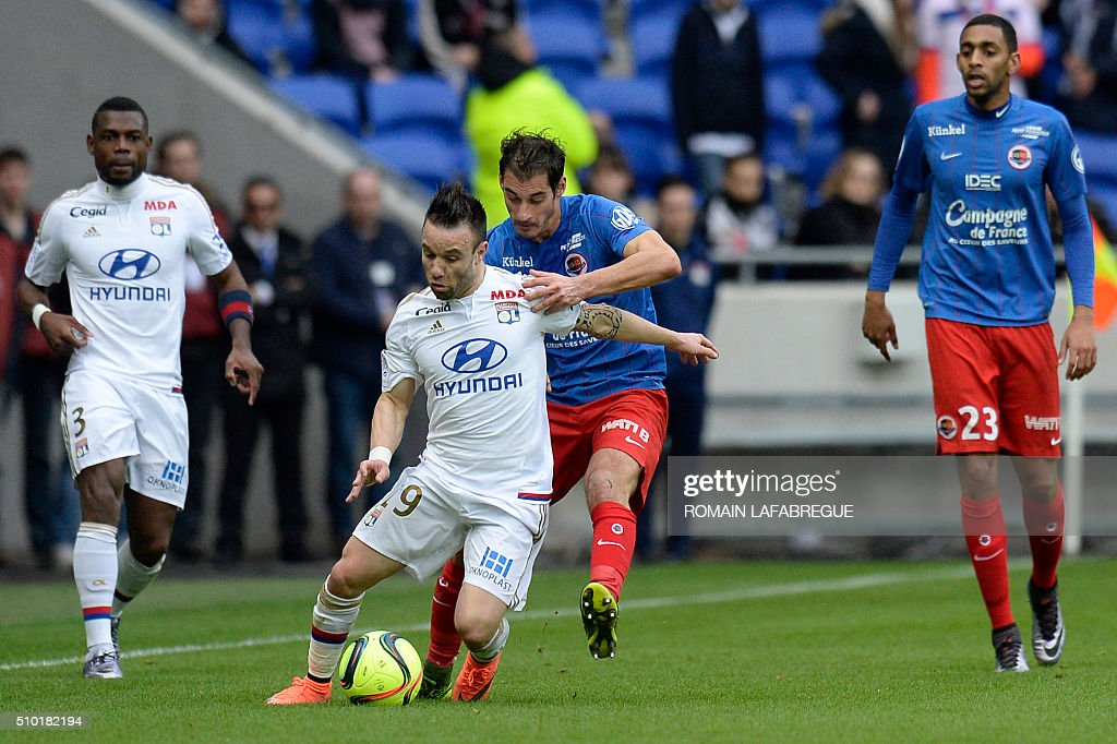 Lyon's French forward Mathieu Valbuena (2R) vies with Caens French midfielder Nicolas Seube (2L) during the French L1 football match between Olympique Lyonnais (OL) and Stade Malherbe Caen (SMC) on February 14, 2016 at the Parc Olympique Lyonnais stadium in Decines-Charpieu, central-eastern France. / AFP / ROMAIN LAFABREGUE