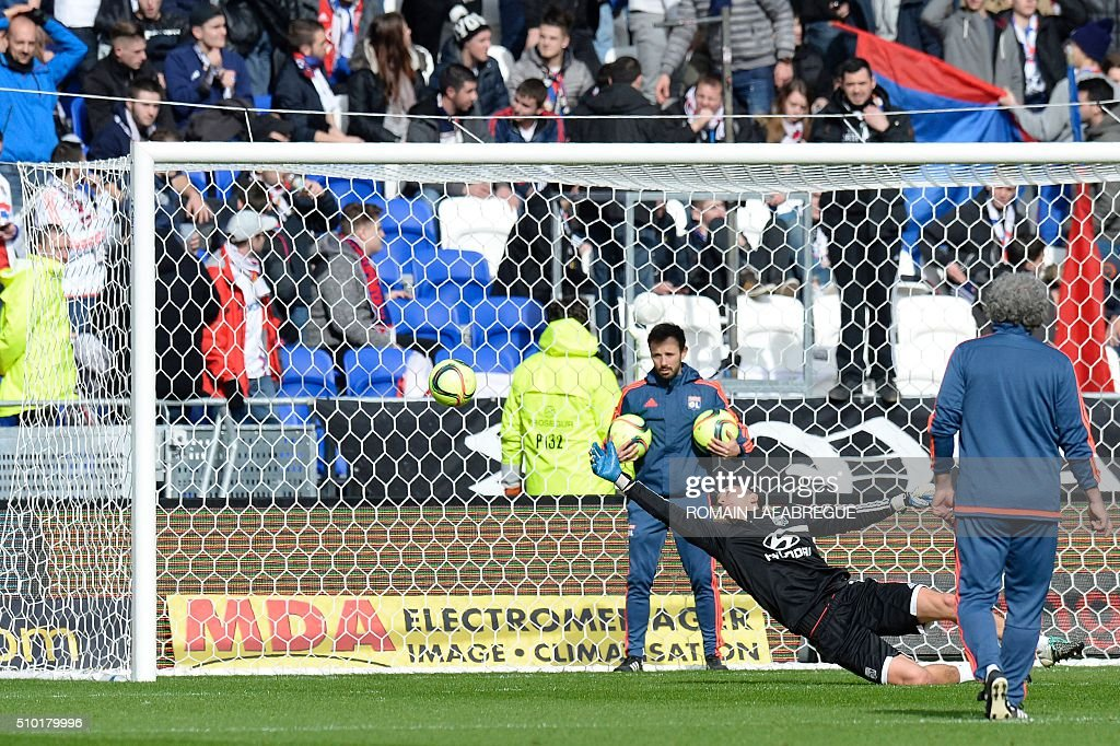 Lyon's French goalkeeper Mathieu Gorgelin warms up before the start of the French L1 football match between Olympique Lyonnais (OL) and Stade Malherbe Caen (SMC) on February 14, 2016 at the Parc de l'Olympique Lyonnais in Decines-Charpieu, central eastern France. / AFP / ROMAIN LAFABREGUE