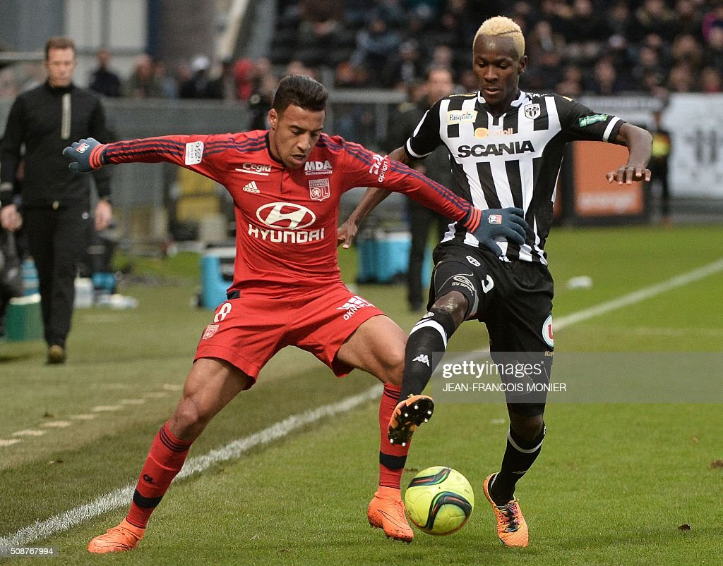 Lyon's French midfielder Coretin Tolisso (L) vies for the ball with Angers' French forward Gilles Sunu (R) during the French L1 football match between Angers (SCO) and Lyon (OL), on February 6, 2016, at teh Jean Bouin Stadium in Angers, western France. AFP PHOTO / JEAN-FRANCOIS MONIER / AFP / JEAN-FRANCOIS MONIER