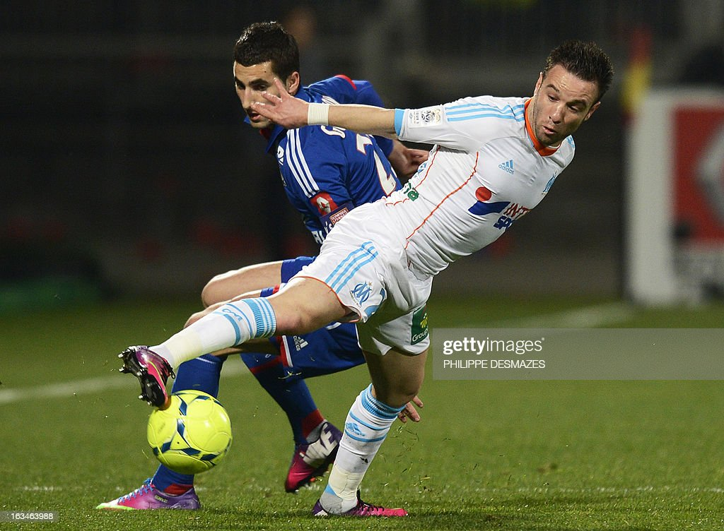 Lyon's French midfielder Maxime Gonalons (L) vies for the ball with Marseille's French forward Mathieu Valbuena (R) during the French L1 football match Olympique Lyonnais (OL) vs Olympique de Marseille (OM) on March 10, 2013 at the Gerland stadium in Lyon, southeasthern France. AFP PHOTO/PHILIPPE DESMAZES