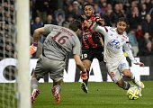 Lyon's French midfielder Nabil Fekir vies with Nice's French goalkeeper Simon Pouplin and Lyon's French defender Jordan Amavi during the French L1...