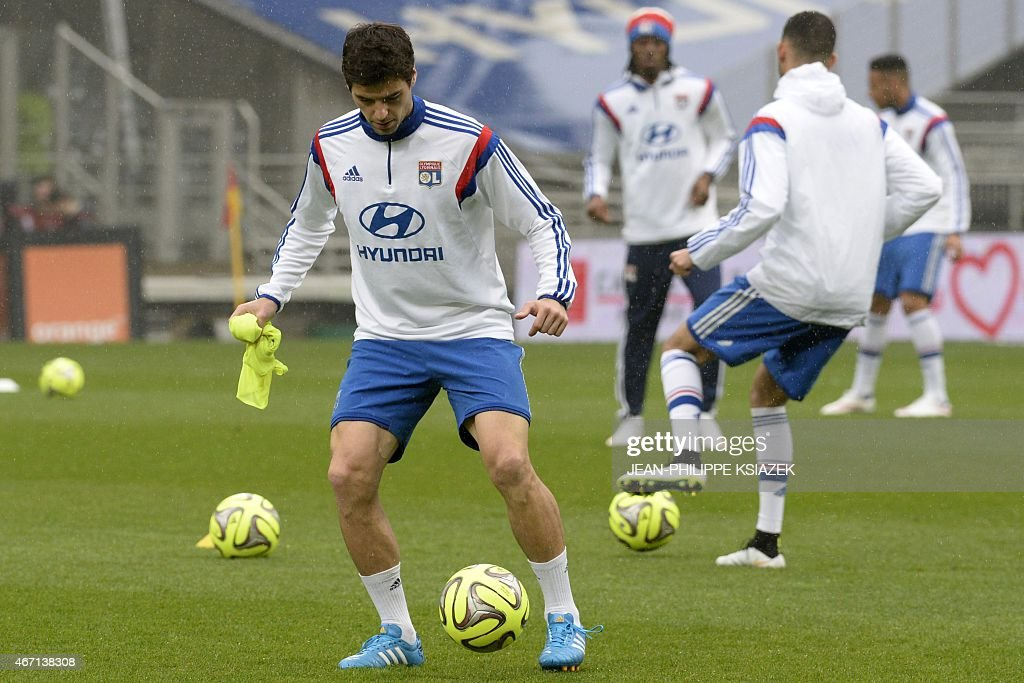 Lyon's French midfielder <a gi-track='captionPersonalityLinkClicked' href=/galleries/search?phrase=Yoann+Gourcuff&family=editorial&specificpeople=600434 ng-click='$event.stopPropagation()'>Yoann Gourcuff</a> (L) warms up prior with teammates prior to the French L1 football match between Lyon and Nice on March 21, 2015, at the Gerland stadium in Lyon, central eastern France.