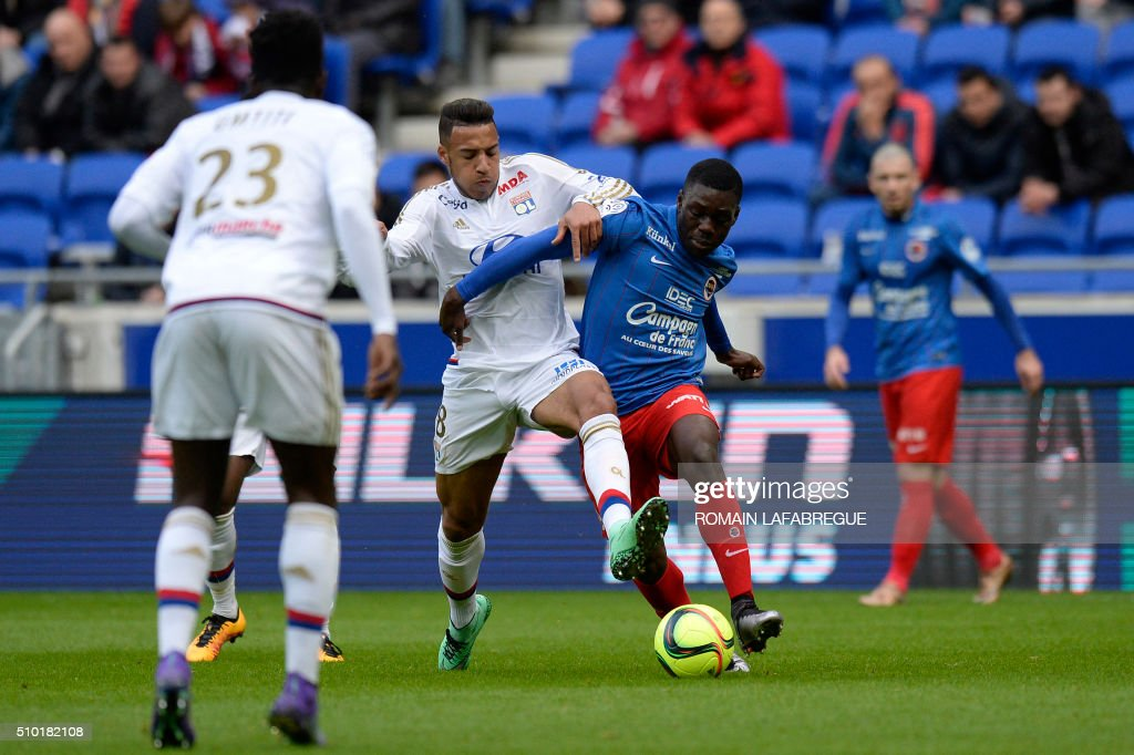 Lyon's French forward Maxwell Cornet (L) vies with Caens French midfielder Jean-Victo Makengo (R) during the French L1 football match between Olympique Lyonnais (OL) and Stade Malherbe Caen (SMC) on February 14, 2016 at the Parc Olympique Lyonnais stadium in Decines-Charpieu, central-eastern France. / AFP / ROMAIN LAFABREGUE