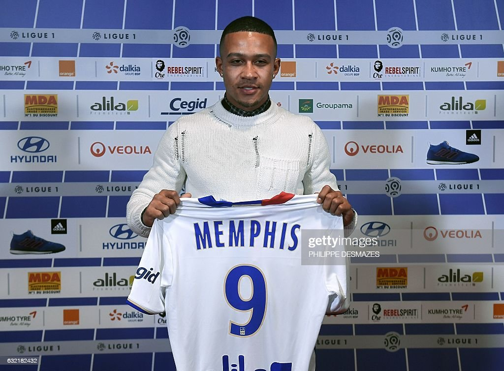 FBL-FRA-L1-LYON-DEPAY : News Photo