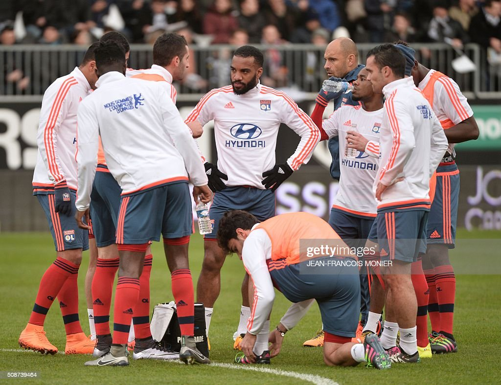 Lyons players gather before warming up ahead of the French L1 football match between Angers (SCO) and Lyon (OL) at Jean Bouin Stadium in Angers, northwestern France, on February 6, 2016. AFP PHOTO / JEAN-FRANCOIS MONIER / AFP / JEAN-FRANCOIS MONIER