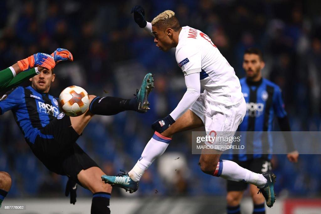 Lyon's Spanish forward Mariano Diaz (C) tries to score during the UEFA Europa League group E football match Atalanta vs Olympique Lyonnais at The Mapei Stadium in Reggio Emilia on December 7, 2017. /