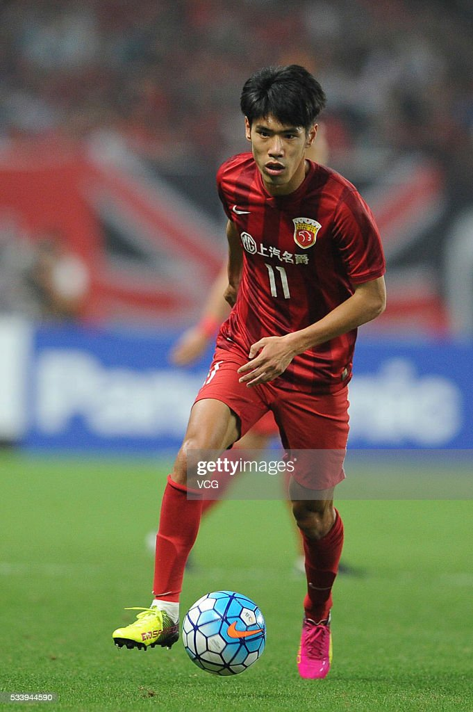 Lyu Wenjun #11 of Shanghai SIPG drives the ball during the 1/8 match of AFC Asia Champions League between Shanghai SIPG and FC Tokyo at Shanghai Stadium on May 24, 2016 in Shanghai, China.