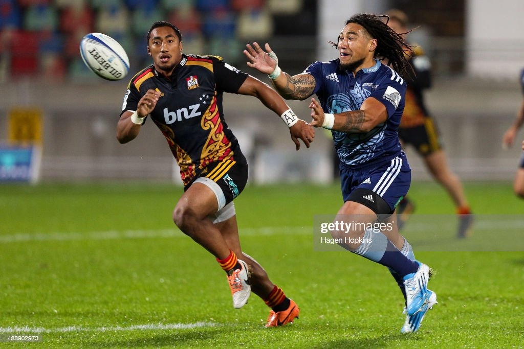 <a gi-track='captionPersonalityLinkClicked' href=/galleries/search?phrase=Ma%27a+Nonu&family=editorial&specificpeople=224641 ng-click='$event.stopPropagation()'>Ma'a Nonu</a> of the Blues passes while Bundee Aki of the Chiefs looks on during the round 13 Super Rugby match between the Chiefs and the Blues at Yarrow Stadium on May 9, 2014 in New Plymouth, New Zealand.