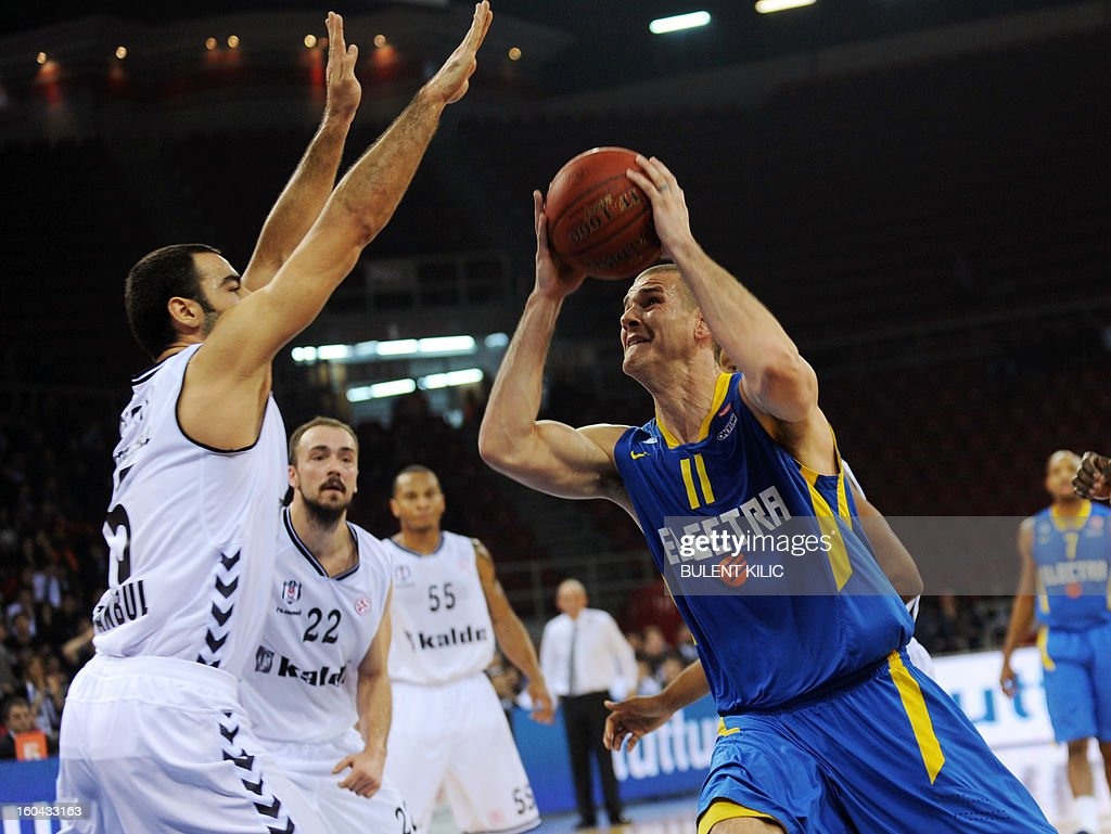 Maccabi Electra Tel Aviv`s Medley Caner (R) vies for the ball with Besiktas's Serhat Cetin (L) during the Euroleague basketball match between Maccabi Electra Tel Aviv and Besiktas at the Abdi Ipekci Sports Hall in Istanbul on January 31, 2013. AFP PHOTO / BULENT KILIC