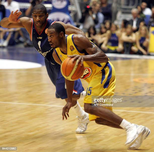 Maccabi Tel Aviv's Will Solomon attacks vies against Cibona Zagreb's Penn17 November 2005 during their Euroleague Basketball match played at the...