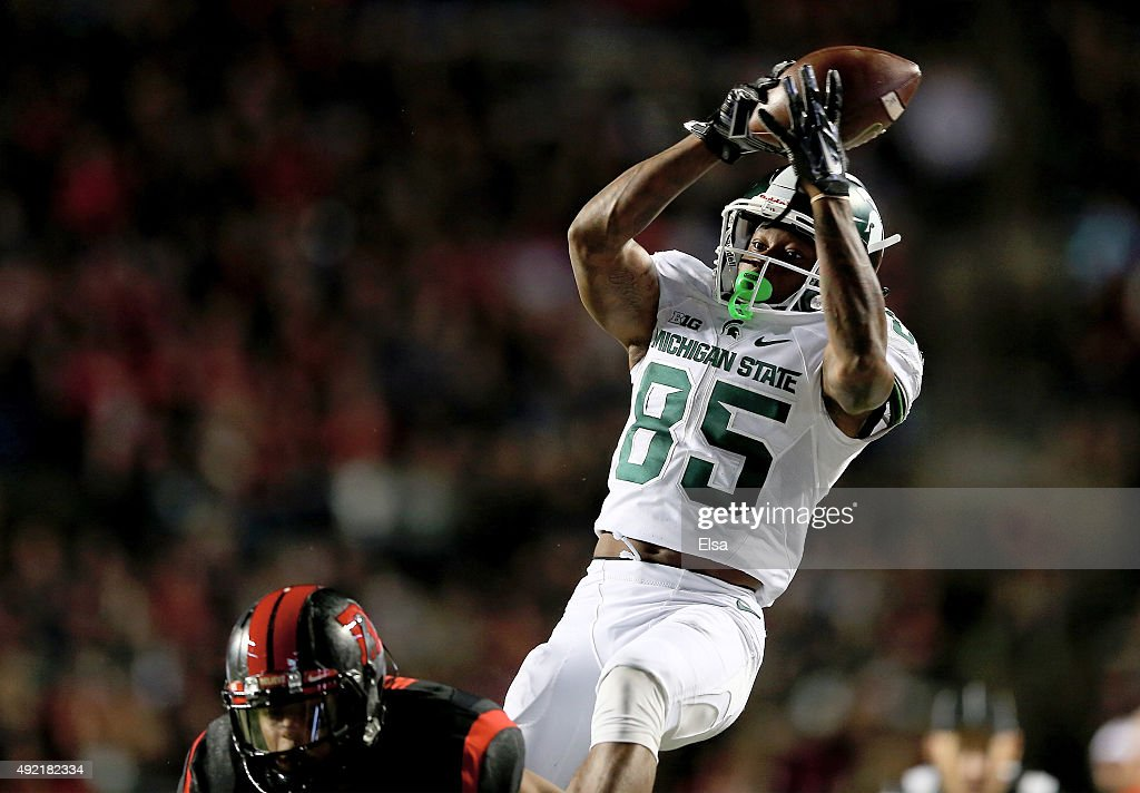 Macgarrett Kings Jr #85 of the Michigan State Spartans makes the catch in the second quarter as Isaiah Wharton of the Rutgers Scarlet Knights defends...