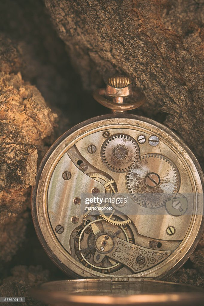 Machinery ancient clock with a wooden background : Foto de stock